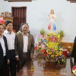 Các đồng chí lãnh đạo huyện, thăm, tặng quà chúc mừng giáo xứ Sơn La