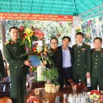 Lãnh đạo huyện chúc mừng cán bộ chiến sỹ cụm kho CK2