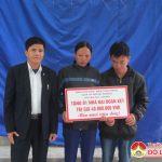 Đồng chí Lê Minh Giang – Phó bí thư thường trực huyện ủy, chủ tịch HĐND huyện trao nhà đại đoàn kết cho hộ nghèo.
