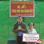 Đồng chí Hoàng Văn Hiệp – Phó chủ tịch UBND huyện trao nhà đại đoàn kết đợt 2 năm 2017 cho hộ nghèo.