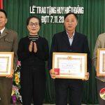 Đồng chí  Nguyễn Thị Anh Quang trao huy hiệu Đảng tại xã Trung Sơn