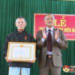 Đồng chí Trương Hồng Phúc trao huy hiệu 70 tuổi Đảng tại xã Tân Sơn và Giang Sơn Tây