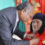 Đồng chí Trương Hồng Phúc – Bí thư huyện ủy trao huy hiệu 70 năm tuổi Đảng