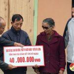Đồng chí Trương Hồng Phúc – Tỉnh ủy viên – Bí thư huyện ủy trao tiền hỗ trợ nhà ĐĐK cho hộ nghèo