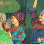 Đoàn nghệ thuật đương đại Việt Nam tặng quà và biểu diễn tại xã Đặng Sơn.