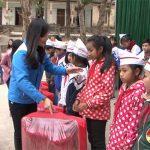 """Tuổi trẻ Đô Lương tặng quà """"Mùa đông ấm"""" cho học sinh và nhân dân xã Mường Típ, Mường Ải huyện Kỳ Sơn"""