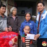 """Nhóm """" Đô Lương chia sẻ yêu thương"""" trao 3 triệu đồng và chăn ấm cho gia đình có  hoàn cảnh khó khăn."""