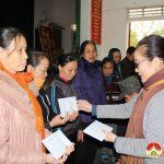 Đồng chí Nguyễn Thị Anh Quang trao quà cho người nghèo các xã.