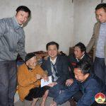 Trường trung cấp kinh tế kỹ thuật Tây Nam Nghệ An trao qua tết cho Mẹ Việt Nam anh hùng và gia đình nghèo ở xã Đông Sơn.
