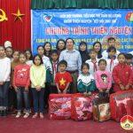 Trường Tiểu học Thị Trấn Đô Lương trao quà cho học sinh nghèo Tương Dương