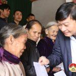Đồng chí Lê Hồng Vinh – UVBTV Tỉnh ủy, Chủ nhiệm UBKT tặng quà cho các gia đình nạn nhân chất độc Da cam và hộ nghèo tại Đô Lương
