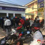 Các cây ATM ở Đô Lương chật kín người trong ngày sát tết.