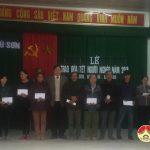 Đồng chí Trương Hồng Phúc trao quà cho hộ nghèo tại xã Trù Sơn.