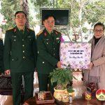 Đồng chí Nguyễn Thị Anh Quang- Phó chủ tịch UBND huyện tặng quà đơn vị quân đội và các đồng chí nguyên lãnh đạo huyện Đô Lương