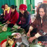 Hội phụ nữ Tràng Sơn, Hòa Sơn, Thịnh Sơn thi gói bánh chưng tặng hội viên nghèo