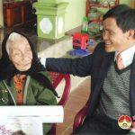 Đồng chí Lê Minh Giang tặng quà mẹ Việt Nam anh hùng