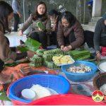 Hội phụ nữ xã Đà Sơn  gói bánh chưng trao cho hộ nghèo