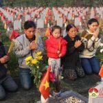 Đô Lương : Nhiều người dân đến dâng hoa, dâng hương tại nghĩa trang Liệt Sĩ