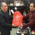 Lãnh đạo huyện Đô Lương trao quà cho các đồng chí nguyên lãnh đạo huyện, lãnh đạo tỉnh quê Đô Lương ở Thành phố Vinh