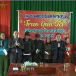 Đồng chí Ngọc Kim Nam – Chủ tịch UBND huyện tặng quà cho các gia đình nghèo tại xã Đại Sơn và Tràng Sơn