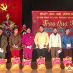 Đồng chí Ngọc Kim Nam tặng quà hộ nghèo tại  xã Thái Sơn, Quang Sơn