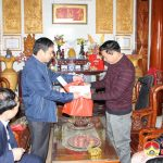 Đồng chí Hoàng Văn Hiệp –  Phó chủ tịch UBND huyện thăm chúc tết, tặng quà nguyên lãnh đạo huyện qua các thời kì