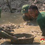 300 Người dân Trung Sơn chống hạn  cho lúa vụ xuân