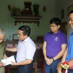 Đồng chí bí thư Huyện ủy, Chủ tịch UBND huyện tặng quà 2 gia đình có hoàn cảnh đặc biệt khó khăn.