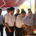 Các đồng chí lãnh đạo huyện dâng hoa tưởng niệm các anh hùng.