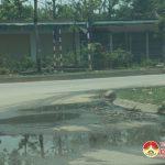 Xả nước thải ra đường gây ô nhiễm môi trường.