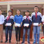 Đồng chí Ngọc Kim Nam trao thưởng các em đạt giải cao của Trường THCS Lý Nhật Quang.