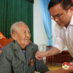 Đồng chí Ngọc Kim Nam – Phó Bí thư huyện ủy, Chủ tịch UBND huyện trao huy hiệu đảng cho các đảng viên ở  xã Thượng sơn.