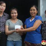 Phụ nữ xóm 9, Hồng Sơn trao 3 thẻ bảo hiểm y tế cho cho hội  viên khó khăn.