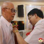 Đồng chí Nguyễn Văn Thông Phó Bí thư tỉnh ủy trao huy hiệu 70 năm tuổi đảng cho các đảng viên