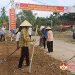 60 người cao tuổi làng Đông Bích xã Trung Sơn dọn đường trồng hoa.