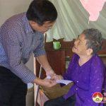 Đồng chí Ngọc Kim Nam thăm và tặng quà cho mẹ Nguyễn Thị Yêu