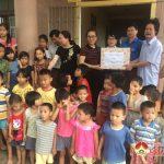 Đồng chí Nguyễn Thị Anh Quang – Phó chủ tịch UBND huyện thăm và tặng quà các cháu tại Trung tâm công tác xã hội Nghệ An.