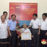 Huyện ủy Đô Lương: Trao huy hiệu 70 năm tuổi đảng cho Đảng viên Đậu Văn Đình