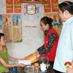 Đô Lương: Hội chữ thập đỏ thăm và tặng quà cho các gia đình đặc biệt khó khăn.