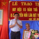 Đồng chí: Ngọc Kim Nam Bí thư huyện ủy- Chủ tịch UBND huyện trao huy hiệu 65 năm tuổi đảng