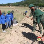 Cán bộ chiến sỹ trung đoàn 1 giúp dân Hồng Sơn làm giao thông.
