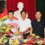 Đồng chí Lê Minh Giang – Phó bí thư thường trực, chủ tịch HĐND huyện tặng hoa chúc mừng đài TT – TH