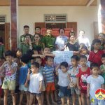 Công an huyện Đô Lương: Trao quà cho các cháu thiếu nhi có hoàn cảnh đặc biệt khó khăn nhân ngày Quốc tế thiếu nhi.