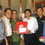 Đồng chí Lê Minh Giang – Phó bí thư, chủ tịch HĐND huyện thăm và tặng quà gia đình chính sách