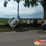Tránh xe đi ngược chiều, taxi lộn nhiều vòng, đâm vào xe máy