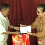 Đồng chí Nguyễn Thị Anh Quang- Phó chủ tịch UBND huyện  trao quà tới các gia đình thương binh, liệt sỹ