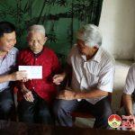 Trường Trung cấp Kinh tế – Kỹ thuật Tây Nam tặng quà  mẹ Việt Nam anh hùng