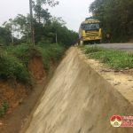 Quốc lộ 46 C đoạn qua xã Nam Sơn: Làm bờ kè không có rào chắn gây nguy hiểm cho người đi đường.