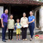 Nhóm Đô Lương chia sẻ yêu thương trao 5 triệu đồng cho các gia đình có hoàn cảnh khó khăn.