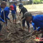 Huyện đoàn Đô Lương: giúp nhân dân khối 1 dọn vệ sinh sau lụt